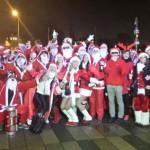 Zum Flashmob verabredet: Jede Menge Weihnachtsmänner auf dem Wiesbadener Sternschnuppenmarkt