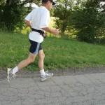 Joggen schadet nicht den Kniegelenken und auch 70 Jährige dürfen Sport treiben – Acht Fitnessmythen