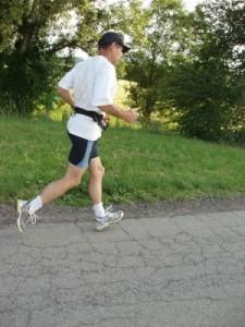 Joggen schadet nicht den Kniegelenken und auch 70 Jährige dürfen Sport treiben - Acht Fitnessmythen